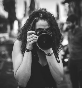 What does a photographer get paid an hour?